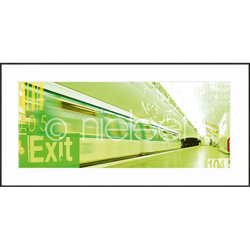 """Beeld met lijst """"Metro Station Exit"""" met lijst van aluminium C2"""